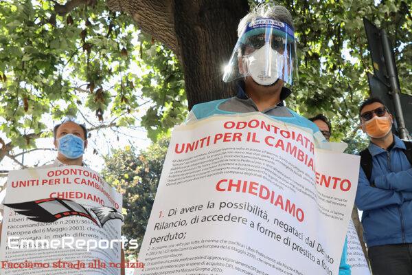 Coronavirus, la protesta degli odontoiatri a Palermo