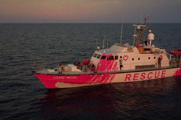"""Migranti, la """"Louise Michel"""" lancia SOS: """"Abbiamo un morto a bordo"""""""