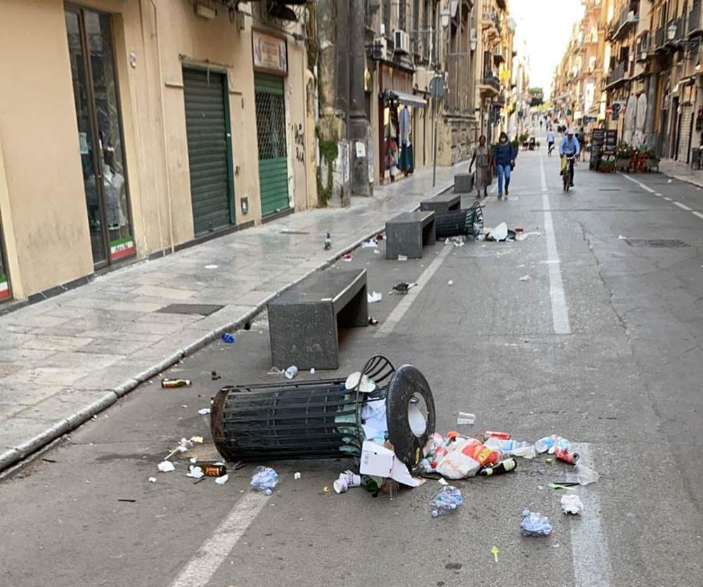 Divelti nell'area pedonale  via Maqueda – Corso Vittorio Emanuele 30 cestini