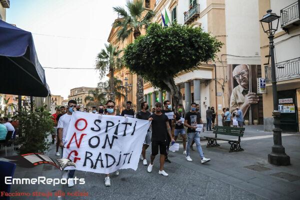 Stop Invasione, manifestazione spontanea a Porto Empedocle