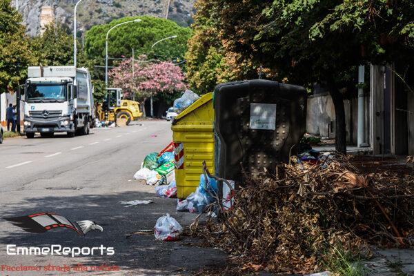 Mondello, in azione le ruspe per rimuovere i rifiuti